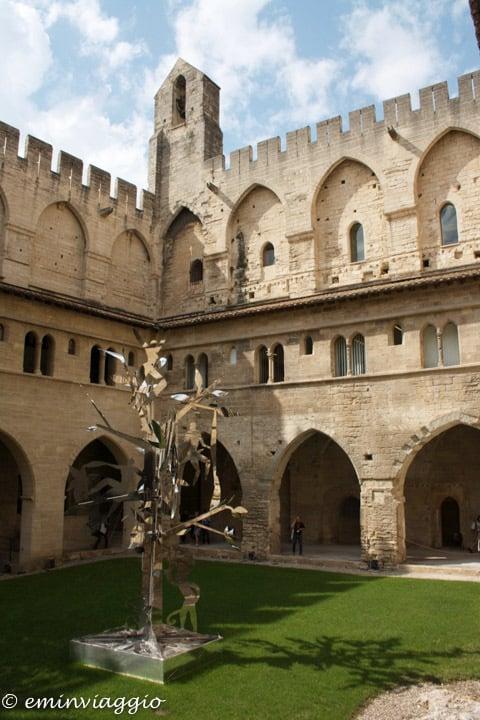 Provenza e Camargue cortile interno Palazzo dei Papi
