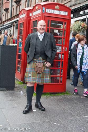 Edimburgo, un personaggio in kilt