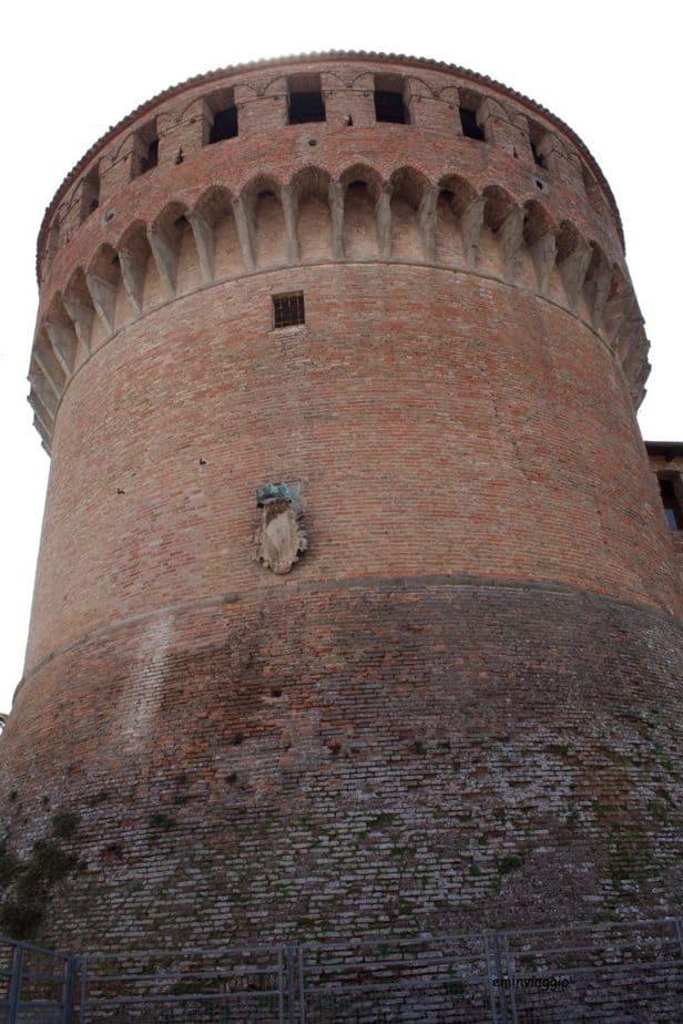 la torre circolare a Dozza, borgo dipinto