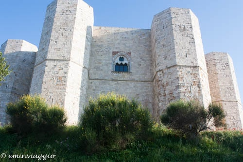 Castel-del-Monte-trifora-in-onore-di-Andria