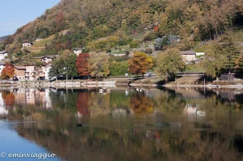 I colori dell'autunno si specchiano nel lago di Canzolino