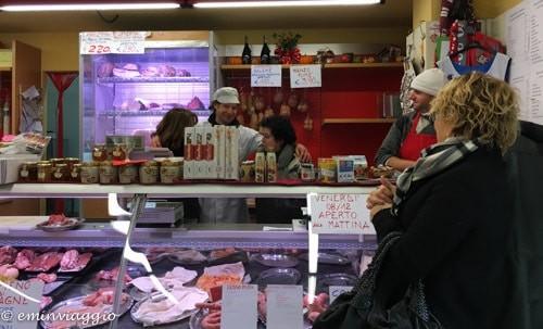 Itinerario nel gusto fra salami, cotechini e bolliti. Macelleria Canevari a Castelverde