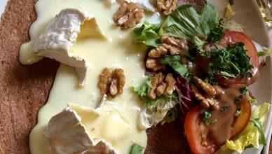 galette bretone con camembert e noci