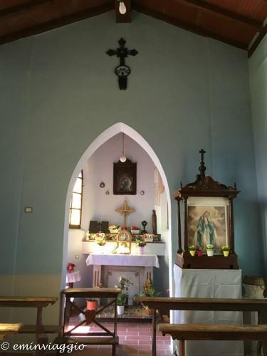 pedalando sulla vecchia ferrovia interno della chiesetta della Madonna dell'Olmo