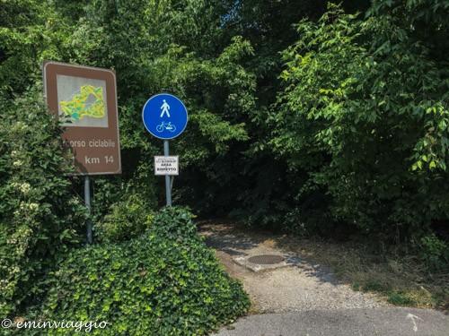 pedalando sulla vecchia ferrovia inizio della ciclabile