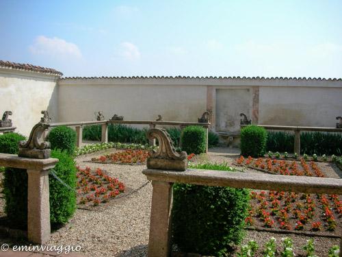 Certosa di Pavia un giardino della casetta dei monaci