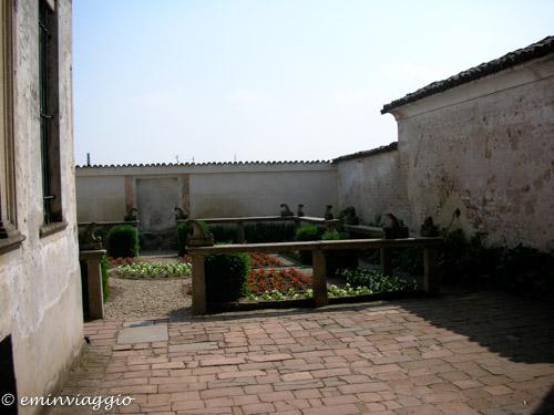 Certosa di Pavia giardino delle casette dei monaci