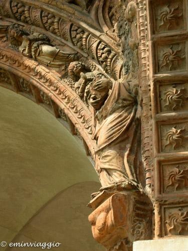 Certosa di Pavia un particolare del chiostro grande