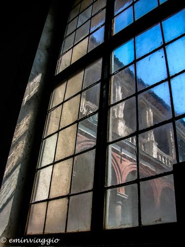 Certosa di Pavia da una vetrata