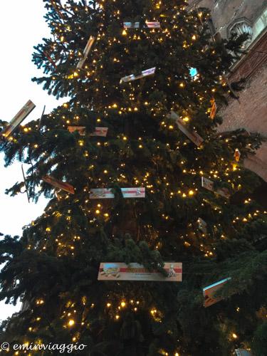 Cremona l'albero di Natale durante la festa del torrone