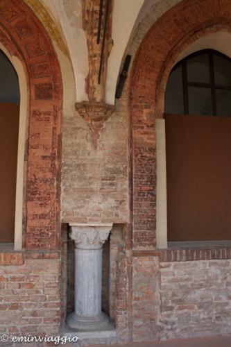 San Benedetto Po colonna incastonata nella parete